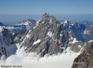 Вид с вершины Уилпата на вершину Чанчахи. Фото отсюда.